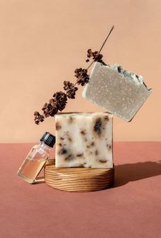 Натуральное травяное мыло ручной работы стоит на модных стендах или подиумах.