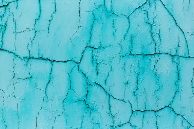 Естественный абстрактный фон текстурированной синей треснувшей стены.