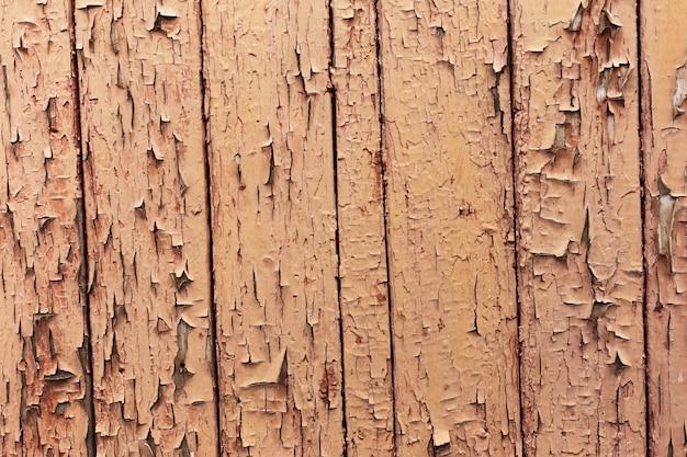 テクスチャードブラウンのひびの入った木製の壁の自然な抽象的な背景。