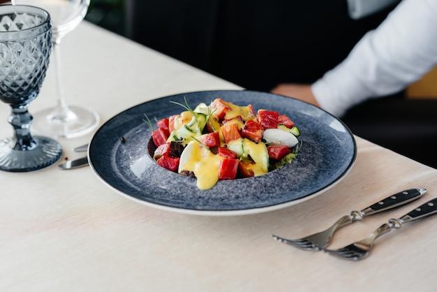 토마토를 곁들인 자연스럽고 맛있는 참치 샐러드와 크림 소스 클로즈업. 건강에 좋은 음식은 건강에 좋습니다.