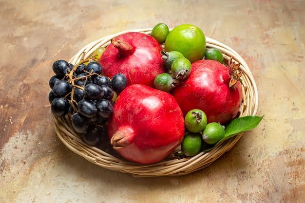Натуральные и свежие различные фрукты в маленьких коричневых деревянных горшках