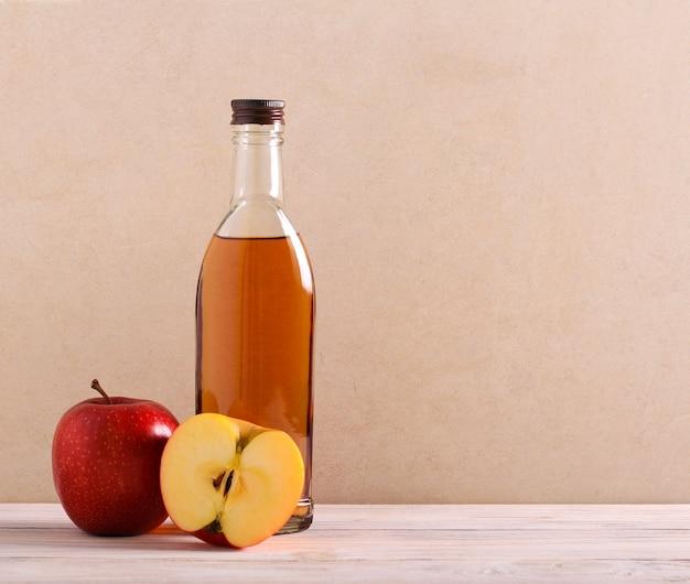 ボトルに入った天然リンゴ酢