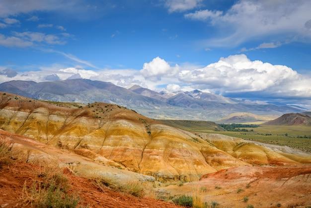 アルタイ山脈の自然の魅力、火星の風景。白い雲と青い空を背景に岩の尾根のある見事なパノラマ。ロシアで人気のある観光ルート。