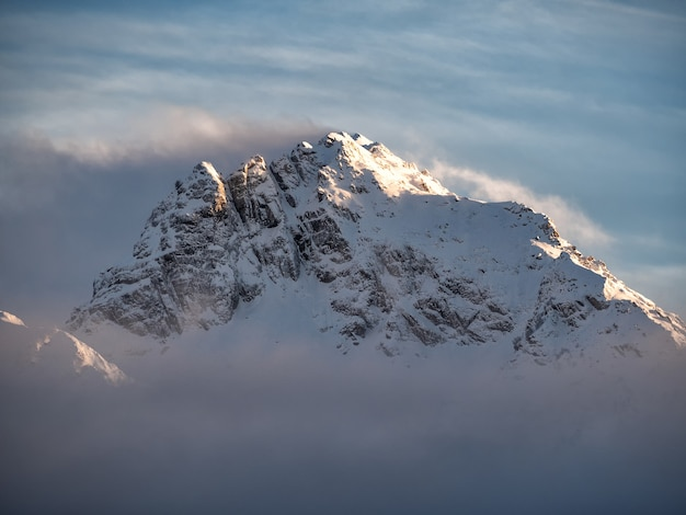 구름에 산 정상의 자연 배경 마운트 피크