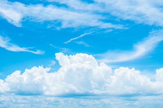 Естественный фон белых облаков на голубом небе