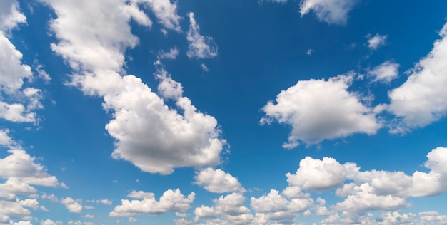 일광에서 푸른 하늘에 하얀 솜 털 구름의 자연 배경.