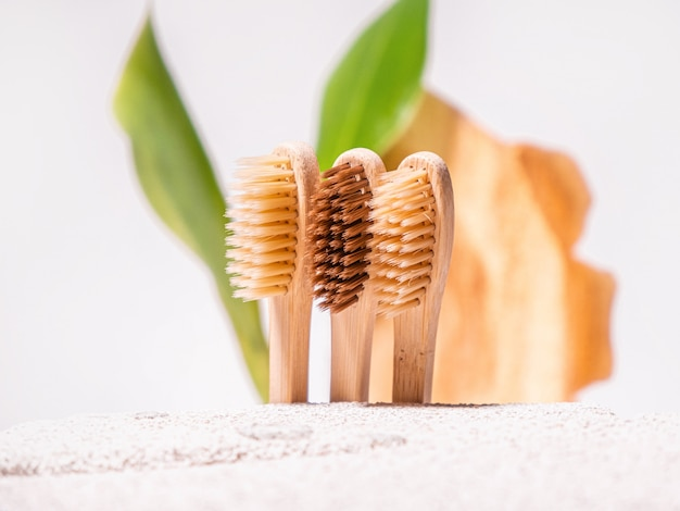 Естественный фон с бамбуковой зубной щеткой