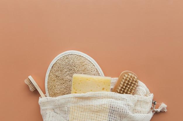 천연 목욕 액세서리, 천연 목욕 액세서리 세트, 베이지 색 바탕에 친환경 제품. 고품질 사진
