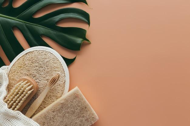 Натуральные банные принадлежности, набор натуральных банных принадлежностей, экологически чистые продукты на бежевом фоне. фото высокого качества