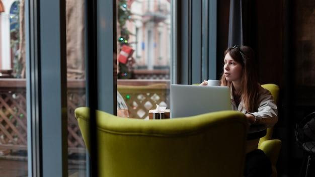 Naturale bella donna nella caffetteria