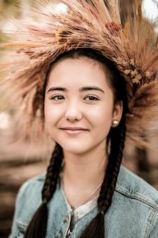 自然の美。王冠を身に着け、彼女の笑顔を示す素晴らしいアジアの女性