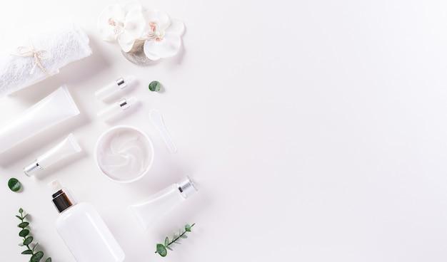 화장품 병 및 꽃과 피부 크림과 함께 자연의 아름다움과 스파 개념