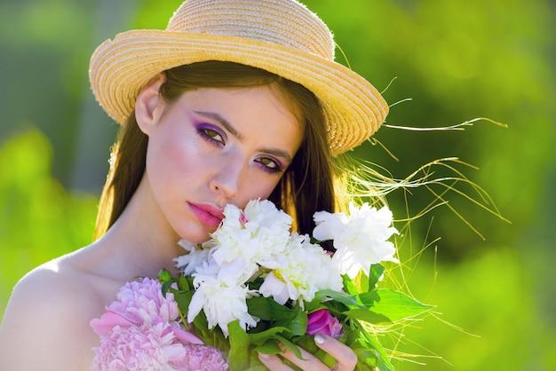 自然の美しさとスパセラピー。顔とスキンケア。夏に旅行します。長い髪の夏の女の子。春の女性。春と休暇。ファッションメイクの女性。ライフスタイルと旅行のコンセプト。