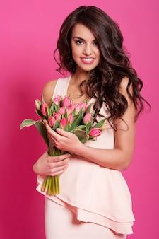 Женщина естественной красоты с тюльпанами