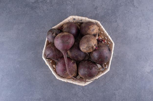 음식 트레이 내부의 파란색 콘크리트 표면에 분리된 천연 비트뿌리