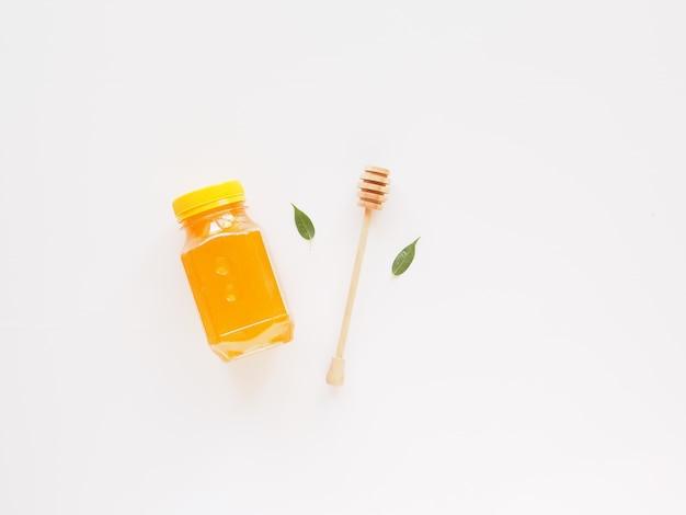 건강 식품 모형 평면 누워 브랜딩을위한 복사 공간이있는 천연 바이오 꿀 항아리