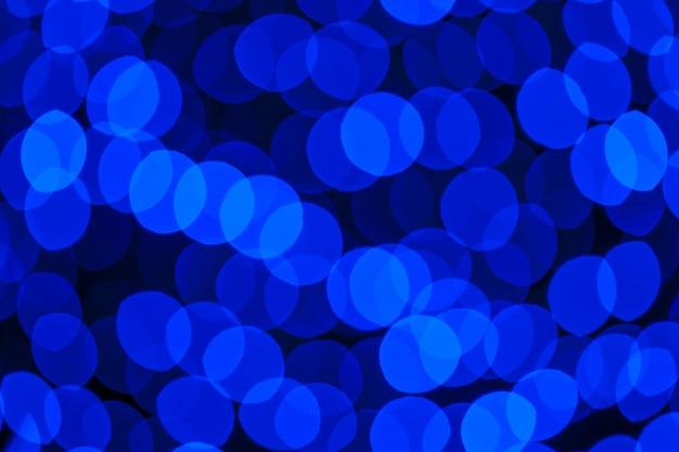 選択的な焦点と自然な青のぼかし抽象的なボケの背景