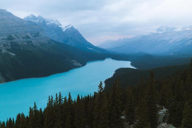 Естественная голубая река, окруженная горами и лесами