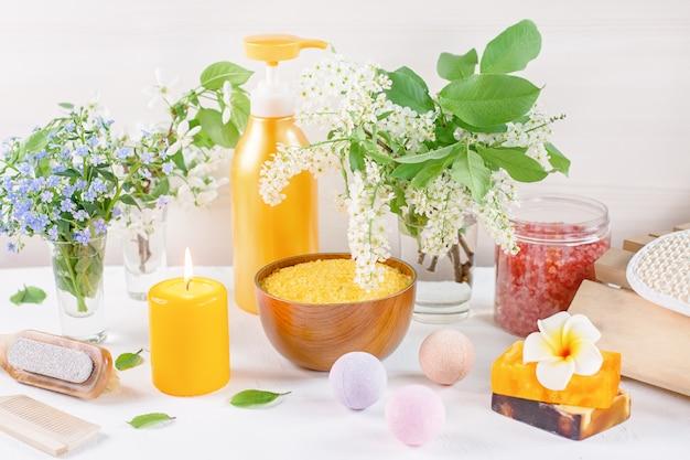 花と葉でレイアウトされた自然なボディケア製品とアクセサリー