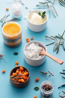 海クロウメモドキ、ハーブ、グリーンクレイ、海塩、砂糖をベースにしたナチュラルボディスクラブ。美容コンセプト。