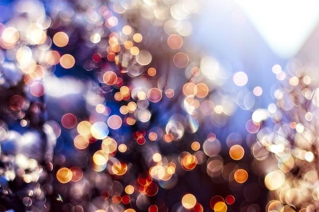 Естественное боке и яркие золотые огни. винтажный волшебный фон с красочным боке. весна лето рождество новый год дискотека