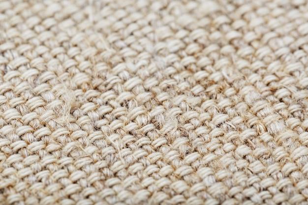 Натуральная ткань из мешковины с волокнами в качестве фона.