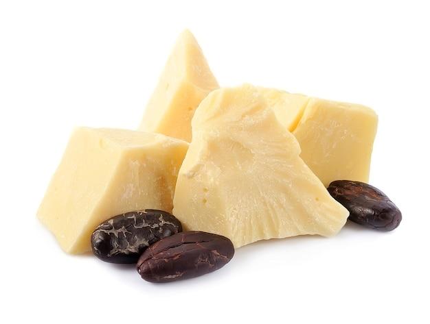 Натуральное масло какао с какао-бобами, изолированные на белом