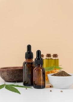 Disposizione della bottiglia di olio di cannabis naturale