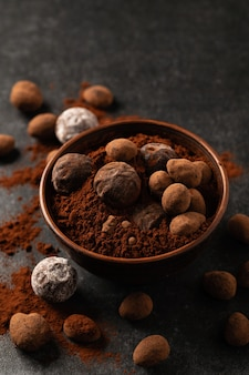装飾的な料理、暗い背景、暗い気分の天然チョコレートトリュフ