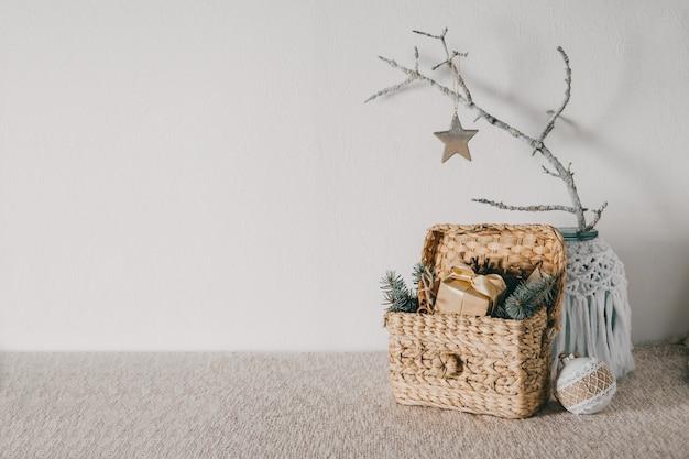 自然なクリスマスの装飾のアイデアは家のための自家製のdiyの自然なゼロ廃棄物の装飾を予算に入れます