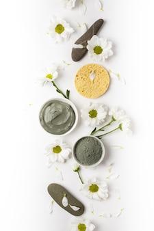 Маска из натуральной глины сухой и влажной с цветами на белом фоне