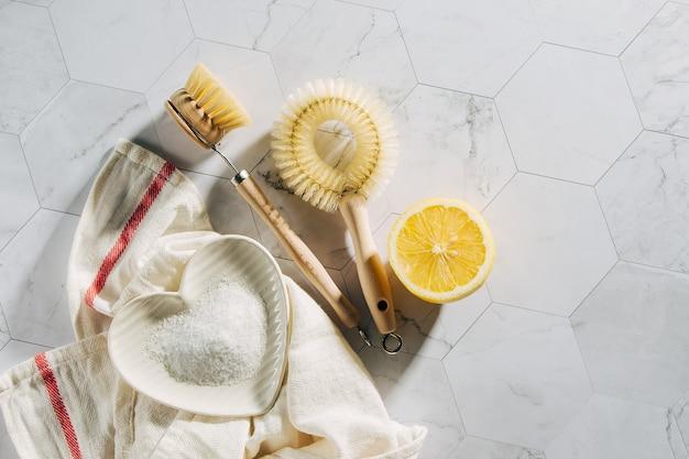 대나무 접시 브러시가 있는 천연 청소 제품 레몬과 베이킹 소다. 친환경. 제로 폐기물 개념입니다. 플라스틱 무료.