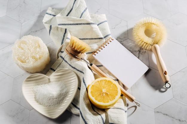 천연 청소 제품 레몬, 노트북이 있는 대나무 접시 브러시. 친환경. 제로 폐기물 개념입니다. 플라스틱 무료.