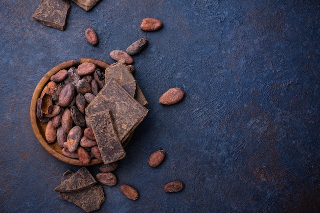 天然カカオ豆とチョコレート