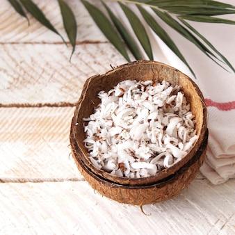 テーブルのクローズアップの天然ココナッツフレーク