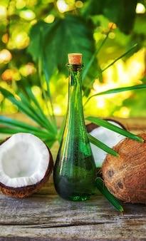 ボトルに入った天然ココナッツオイル。セレクティブフォーカス。