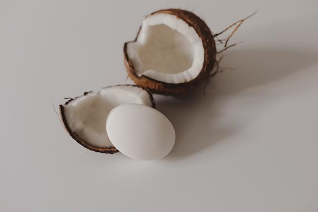 천연 코코넛 비누 또는 샴푸 바는 배경에 평평하게 놓여 있습니다.