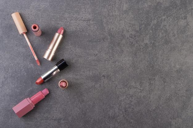 돌 테이블에 놓인 금 포장의 자연 색상 립스틱.