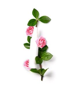 緑の植物とピンクのバラの空のスペースの上面図と自然化粧品コンセプトクリームボトル