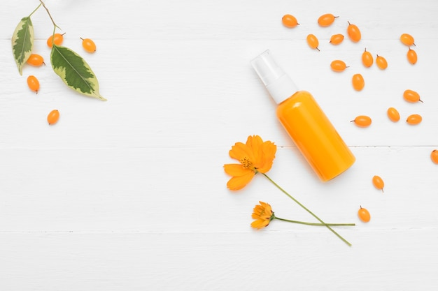Натуральный косметический продукт. косметический крем с облепихой на белом фоне.