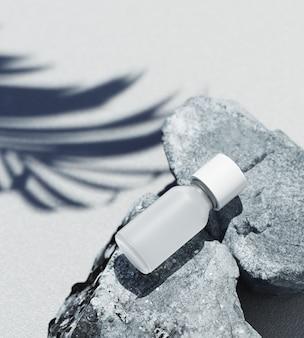 천연 화장품 제품 프레젠테이션 템플릿입니다. 회색 돌과 야자수 잎 그림자 블랑 화장품 항아리. 흰색 배경입니다. 3d 일러스트 콘텐츠