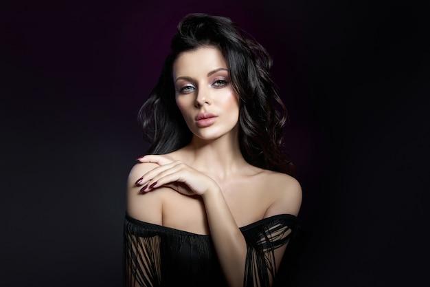 女の子の顔に自然化粧品と美しい明るいメイク