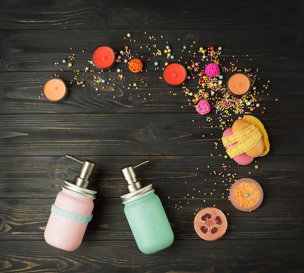 黒い木製のテーブルに天然化粧品と石鹸。さまざまなパーソナルケア製品。さまざまなスパやボディケア製品。