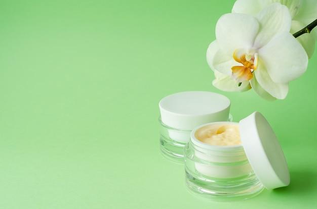 自然化粧品アンチエイジング、アンチリンクル、鮮度、skin.creamのハリ、家庭用マスク、緑の背景にプロのフェイスケア。空白、テンプレート、コピースペース