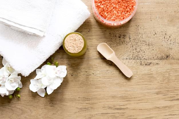 木製のテーブルの自然化粧品のコンセプト
