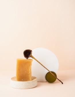 천연 화장품. 비누와 봉선화, 복사 공간 베이지 색 배경에 천연 화장품으로 창조적 인 예술 구성