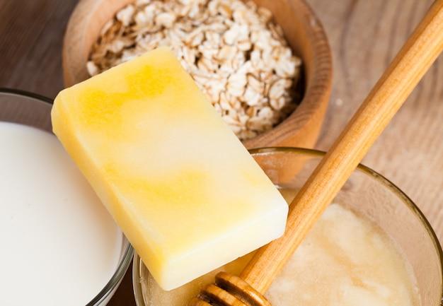 牛乳、蜂蜜、オート麦の自然化粧品