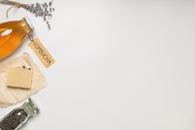 Натуральная косметика, мыло чайного гриба. надпись на этикетке «комбуча».