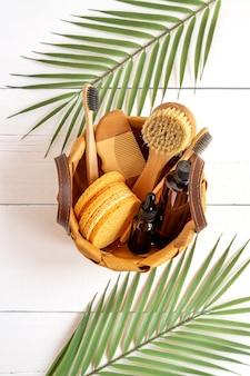 Натуральная косметика. косметические продукты для ухода за телом и лицом и аксессуары в корзине на белом фоне.