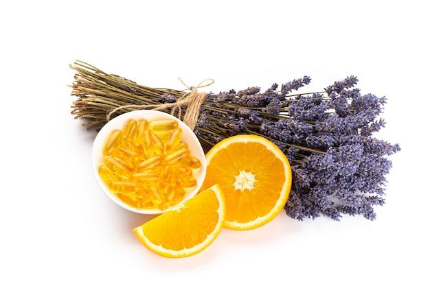 라벤더와 오렌지, 레몬 흰색 배경에 수 제 스파에 대 한 천연 화장품 상위 뷰 모의.